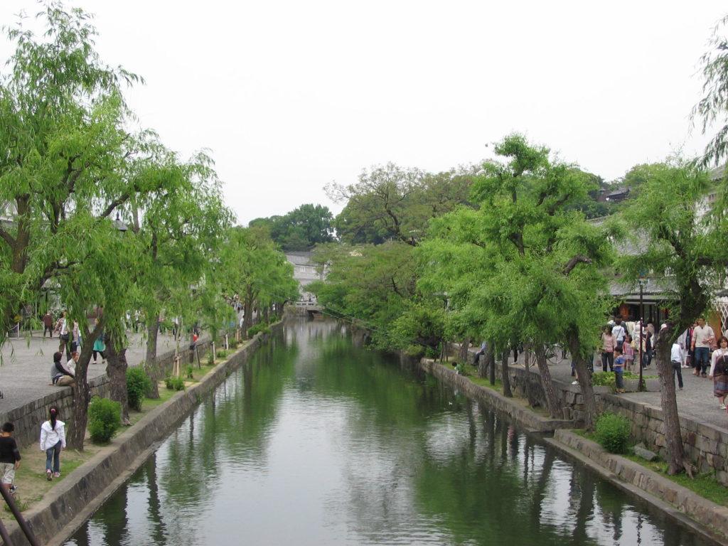 Cộng đồng dân cư bên cạnh con kênh tại Nhật Bản.