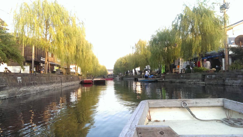 Bến thuyền chạy dọc theo con kênh tại Nhật Bản