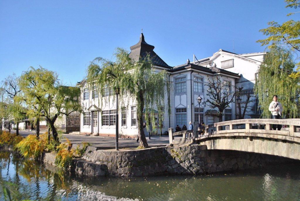 Cảnh quan thơ mông bên cạnh những cây cầu bắt ngang con kênh.