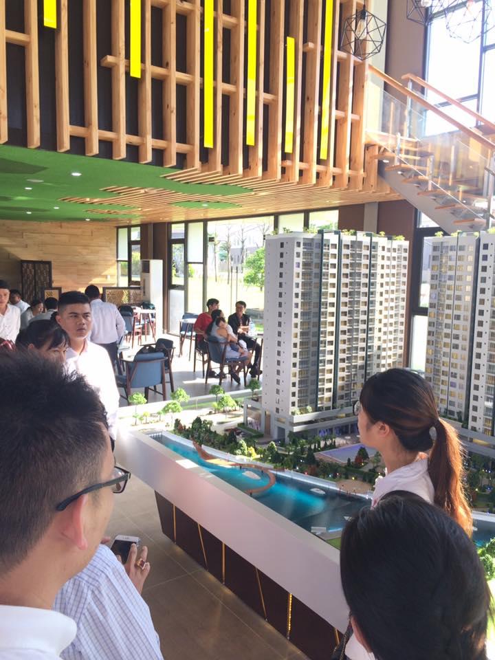 Khách hàng đang tìm hiểu dự án căn hộ Flora Mizuki tại sa bàn dự án. Nam Long HCM