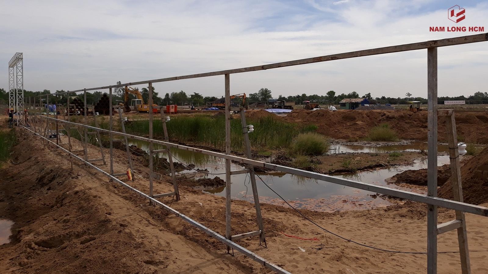 Công nhân đang thi công hàng rào bảo vệ công trường dự án Flora Mizuki Nam Long. Ảnh Nam Long HCM