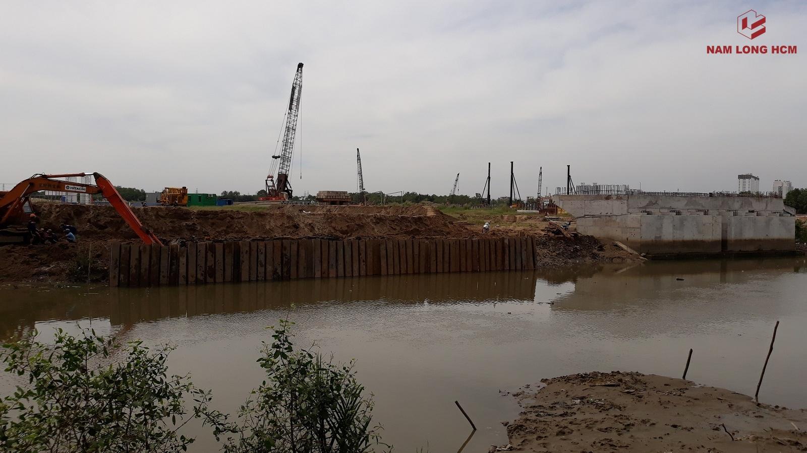 Đơn vị xây dựng đang tiến hành thi công phần kè của dự án. Ảnh Nam Long HCM