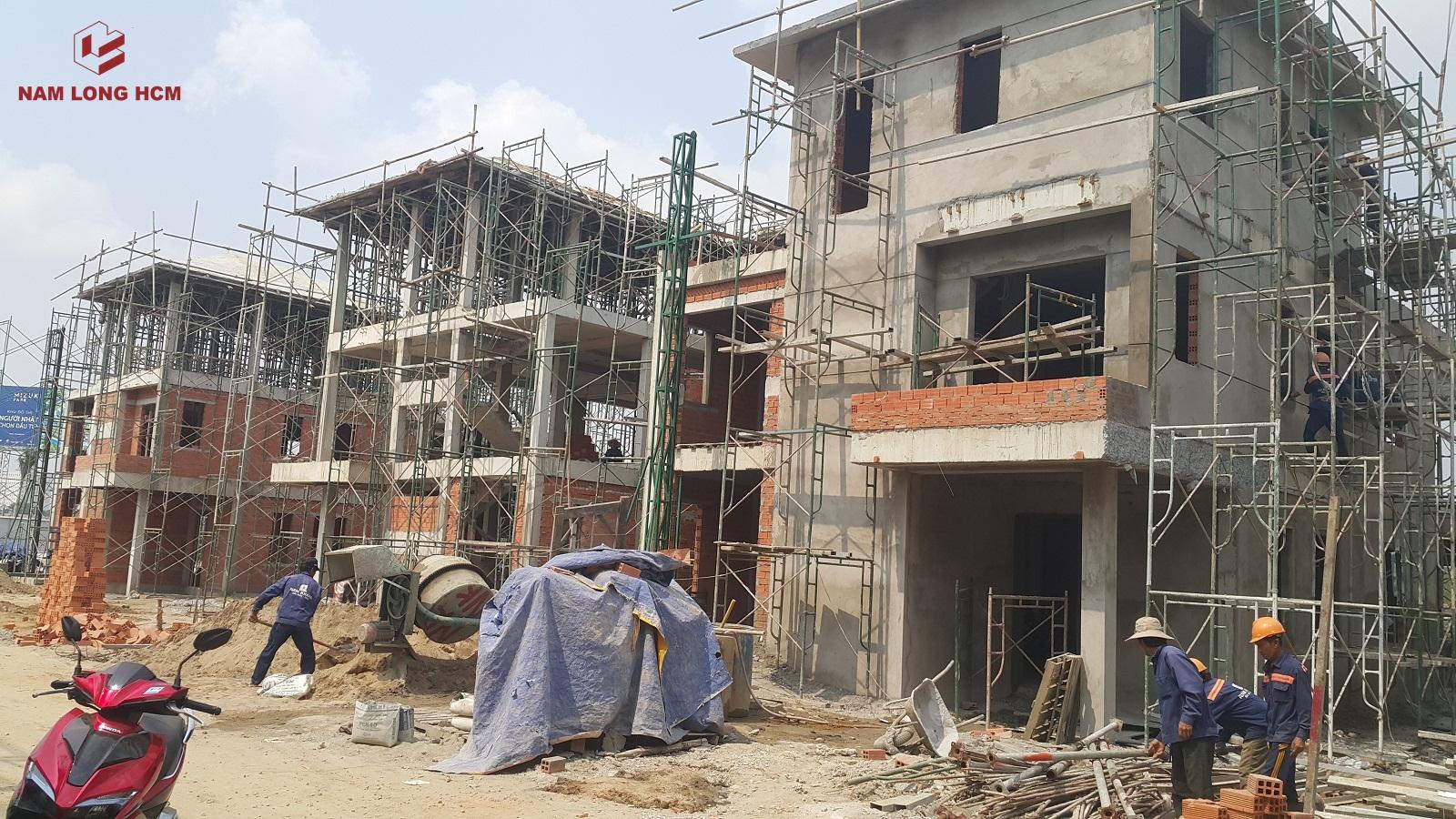 Một số căn biệt thự đang tô tường. Dự kiến Tháng 09/2018, CĐT Nam Long bàn giao biệt thự Valora Island cho khách. Ảnh: Nam Long HCM