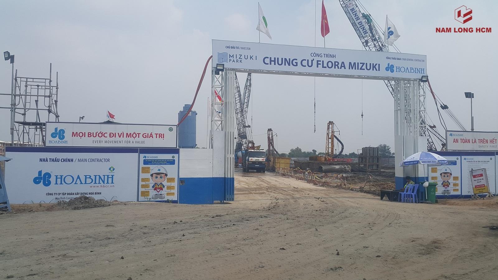 Cổng công trường Block MP1, MP2 dự án Flora Mizuki Nam Long. Đơn vị Hòa Bình đang triển khai xây dựng tích cực. Ảnh: Nam Long HCM