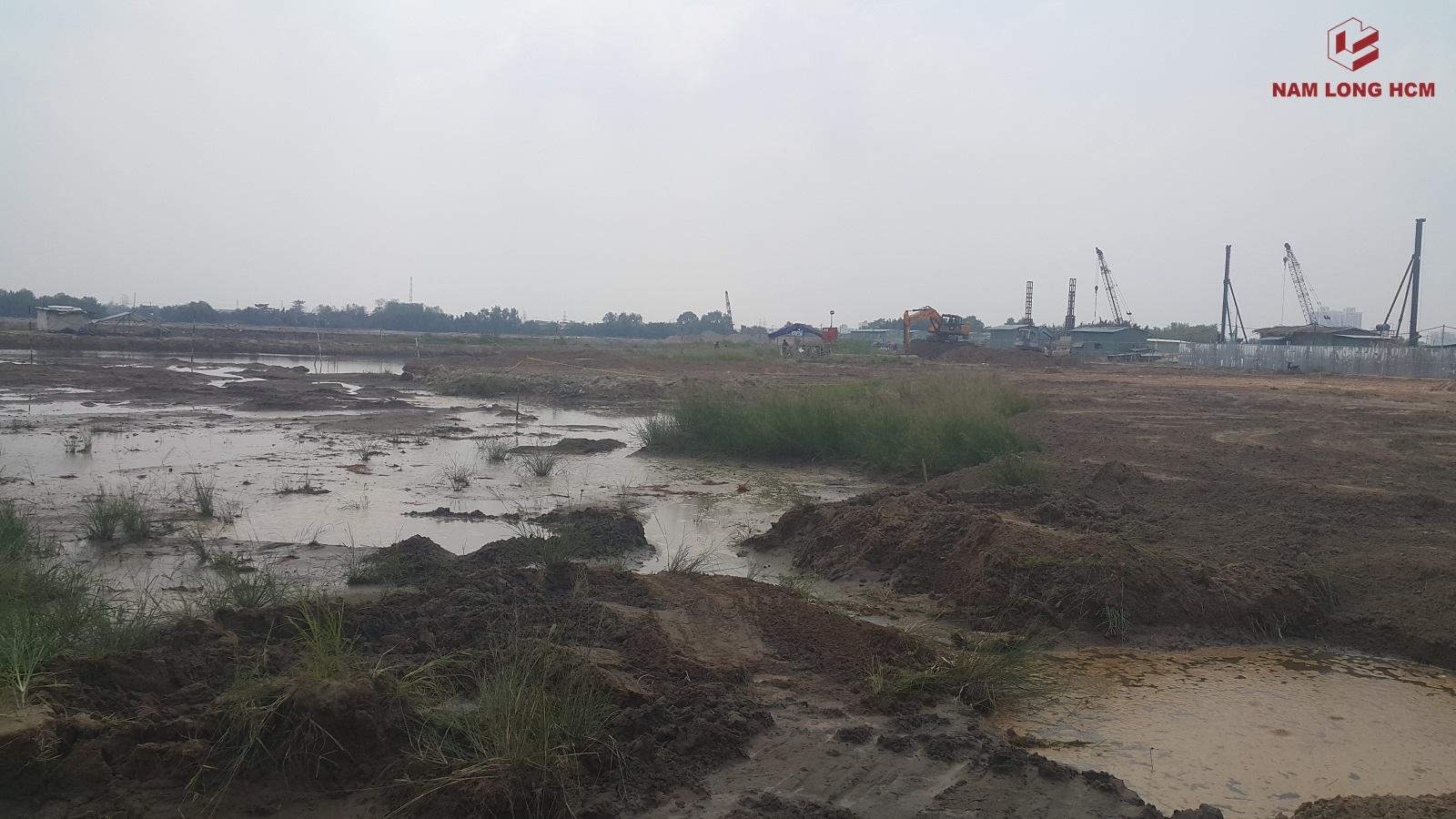 Phía bên trong công trường các Block MP3, MP4 & MP5 dự án Flora Mizuki Park. Hiện tại đơn vị xây dựng đang thi công san lấp mặt bằng. Ảnh: Nam Long HCM
