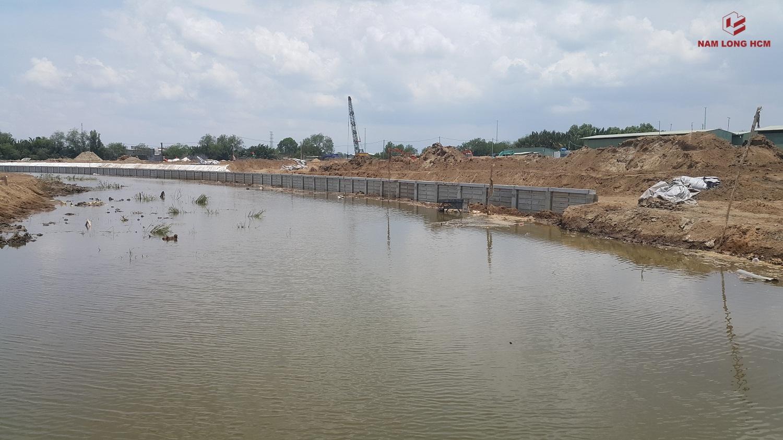 Chủ đầu tư Nam Long đang tiến hành làm kè bờ kênh Đào đi qua lòng dự án.