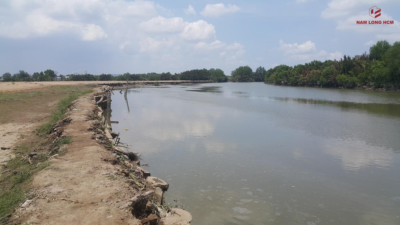 Phía Nam giáp rạch Hiệp An của dự án Mizuki Park. Rạch Hiệp án có bề rộng lên tới gần 60m. Chất lượng nước sông ở đây khá tốt