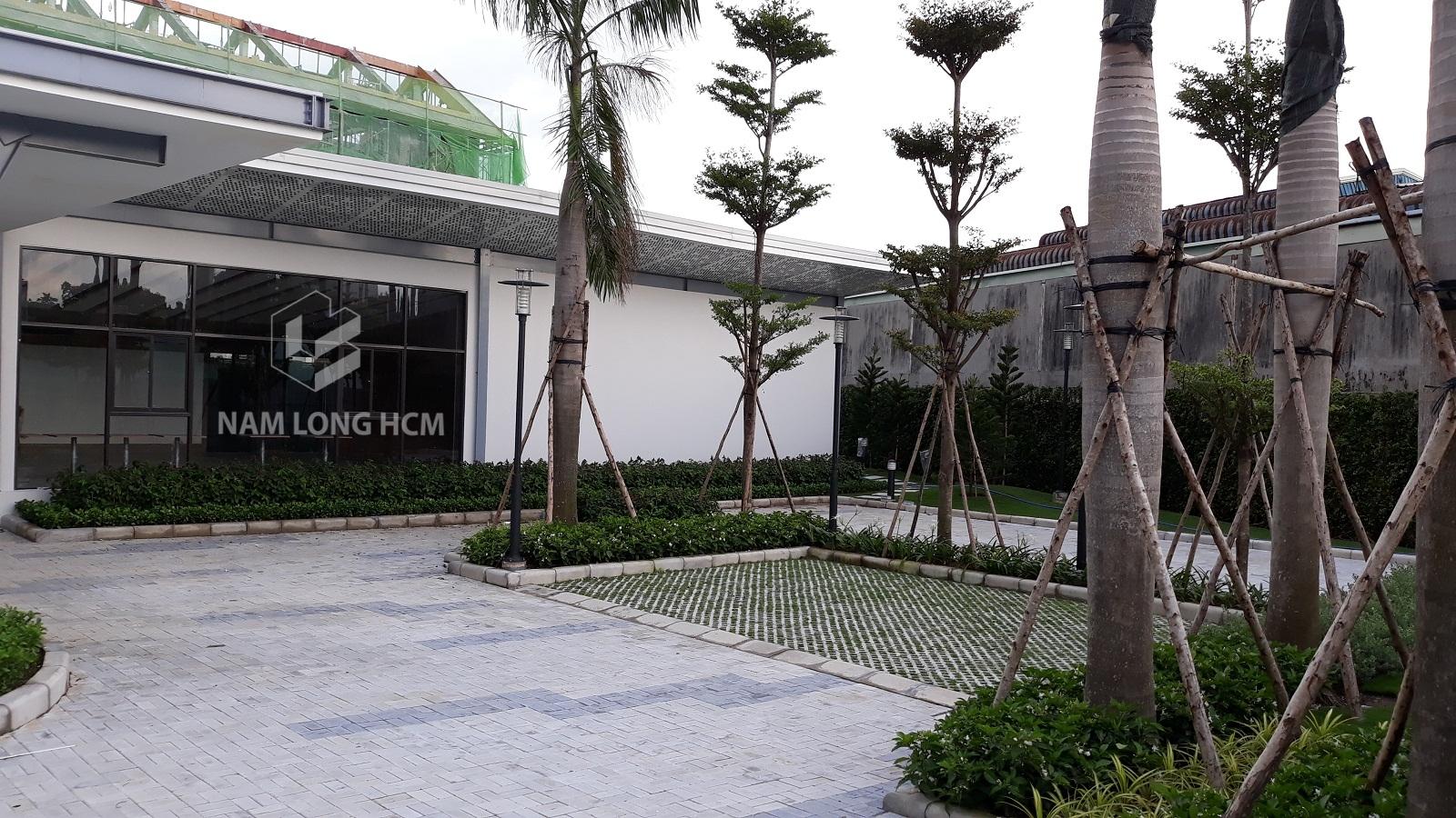 Khuôn viên nhà mẫu dự án Novia Thủ Đức đã lót gạch và trồng cây xanh. Ảnh: Nam Long HCM