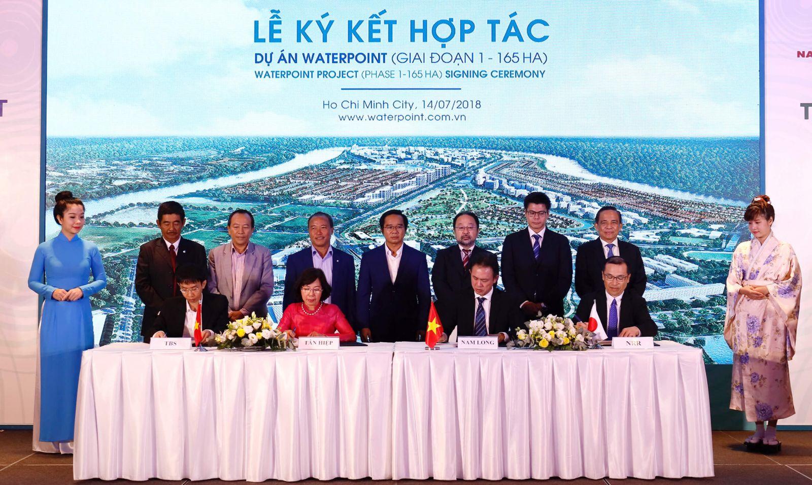 Các đối tác (từ trái qua: Ông Vũ Văn Hải - TBS Group, bà Đặng Thị Ngọc Dung - Cty TNHH Tân Hiệp, ông Steven Chu - Nam Long, ông Toru Shigemizu - NNR) cùng tiến hành ký kết hợp tác dự án Waterpoint Long giai đoạn 1