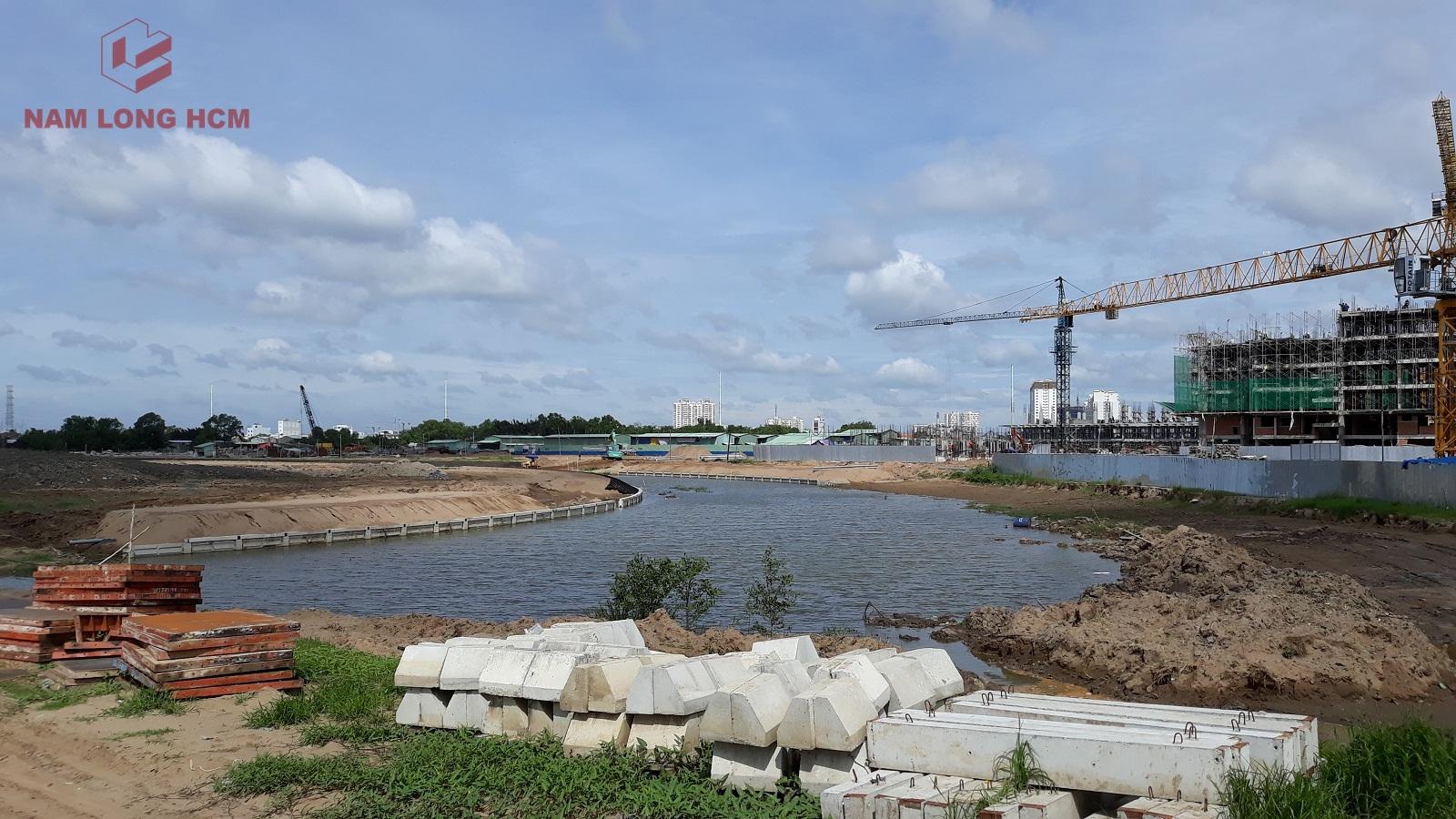 Đơn vị xây dựng đang tiến hành làm bờ kè cho kênh Đào - Dự án Mizuki Park