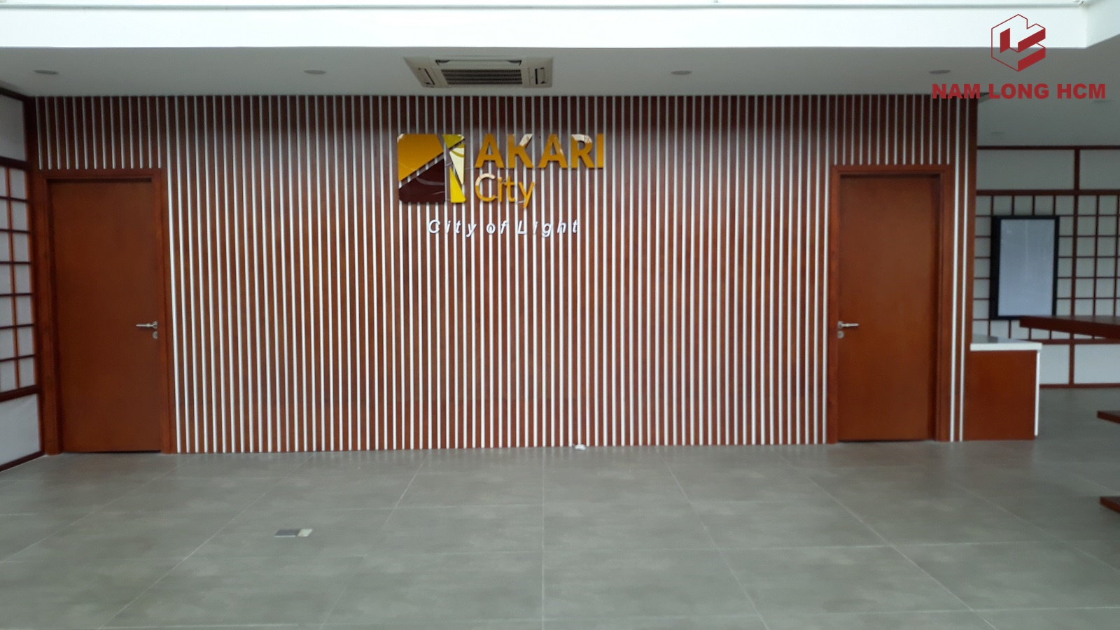 Logo dự án Akari City Bình Tân được gắn tại nhà mẫu. Ảnh: Nam Long HCM