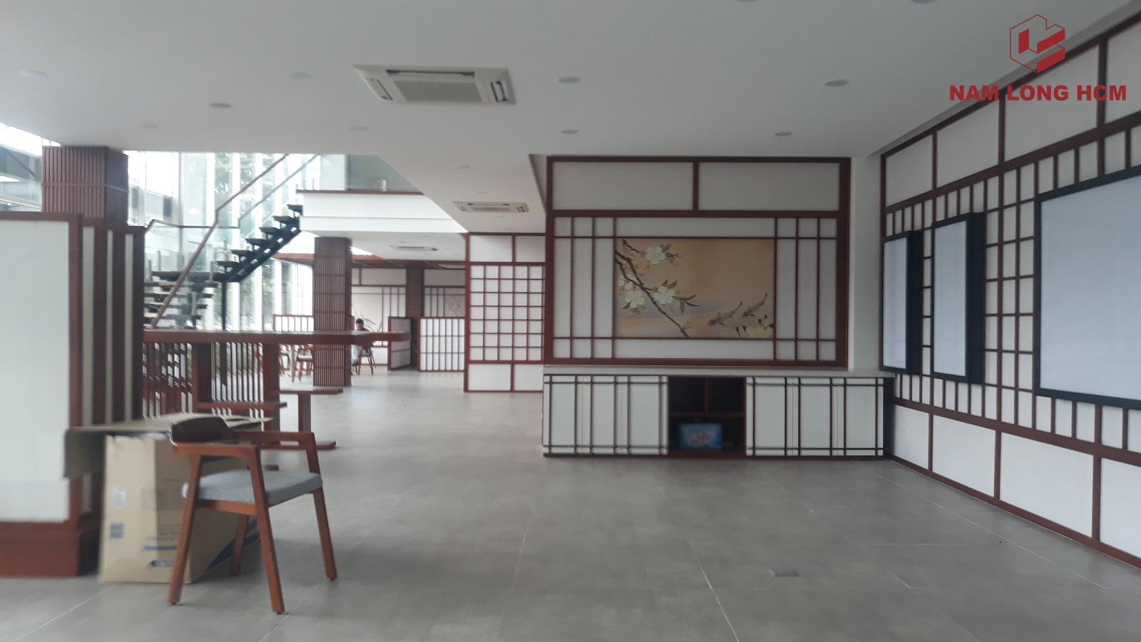 Nội thất tại nhà mẫu đã khá hoàn chỉnh. Chỉ còn chờ hỉnh ảnh phối cảnh về dự án Akari City được dán. Ảnh: Nam Long HCM