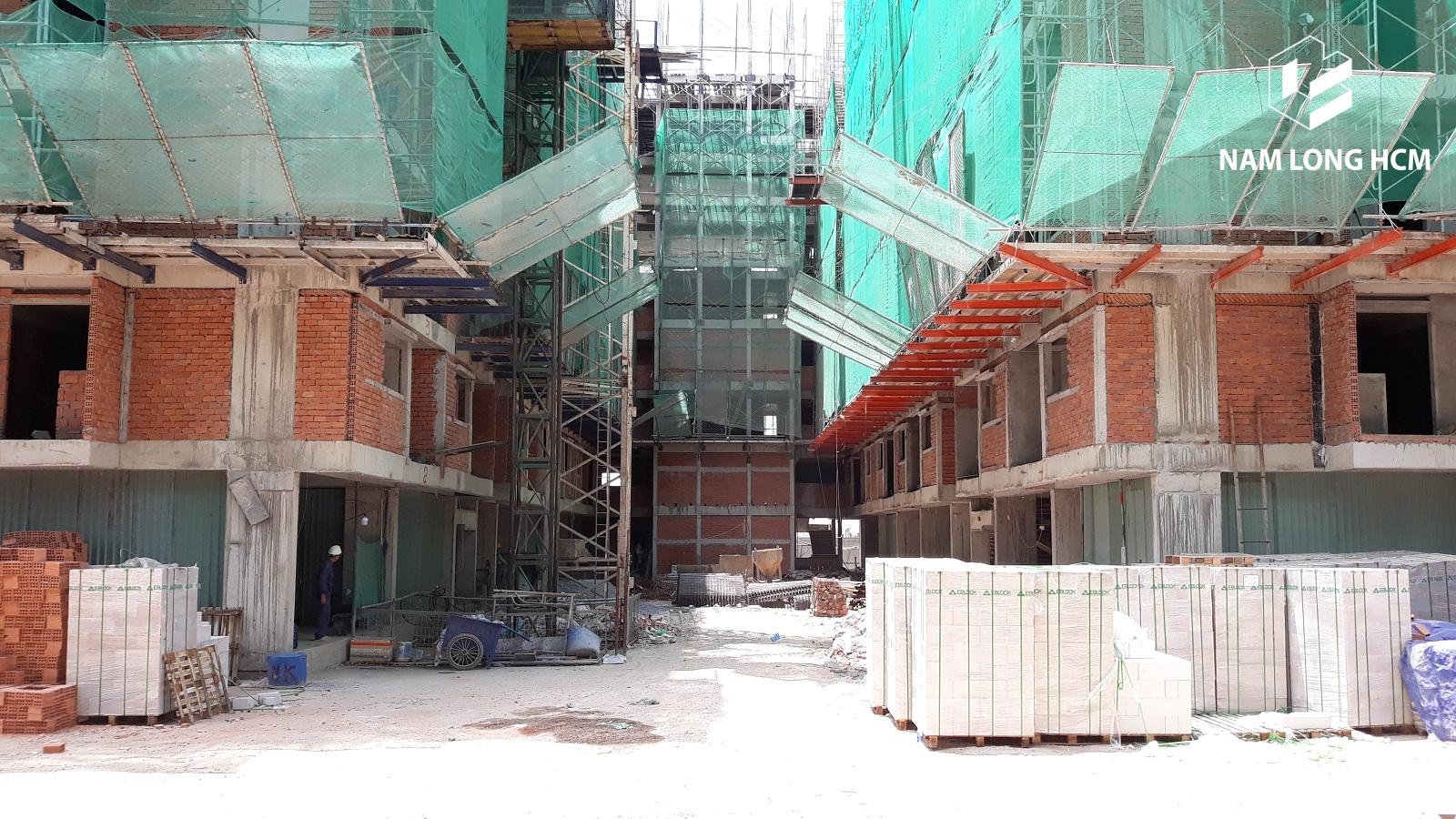 Nhà thầu đang thi công tường ngăn giữa các căn hộ tại dự án Ehome Mizuki Park. Ảnh: nam Long HCM