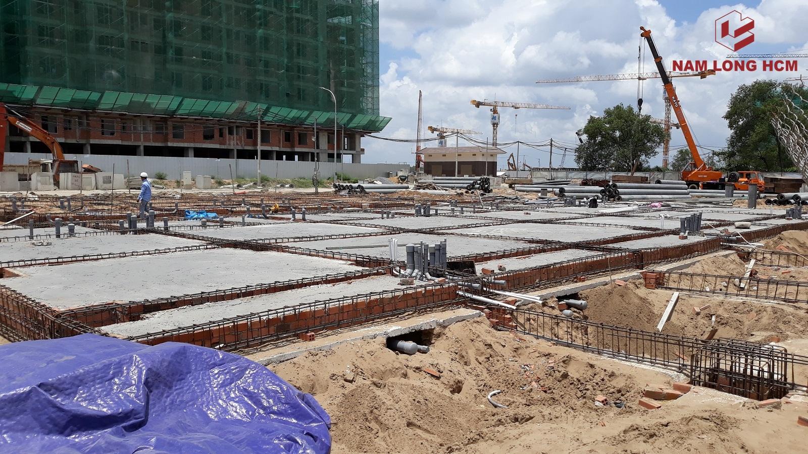 Đơn vị xây dựng đang thi công sàn tầng trệt cho 52 căn nhà phố Mizuki, một phần đang thi công ép cọc. Ảnh: Nam Long HCM