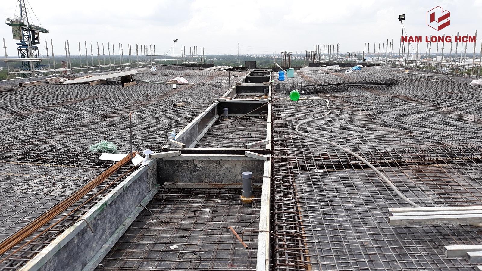 Đơn vị xây dựng dang thi công sàn tầng mái Block G - Dự án Ehome S Bình Chánh. Ảnh: Nam Long HCM
