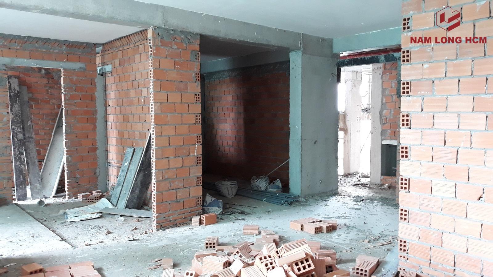 Đơn vị xây dựng Nam Phan đang xây vách ngăn giữa các căn hộ tại dự án Ehome S Bình Chánh. Ảnh: Nam Long HCM