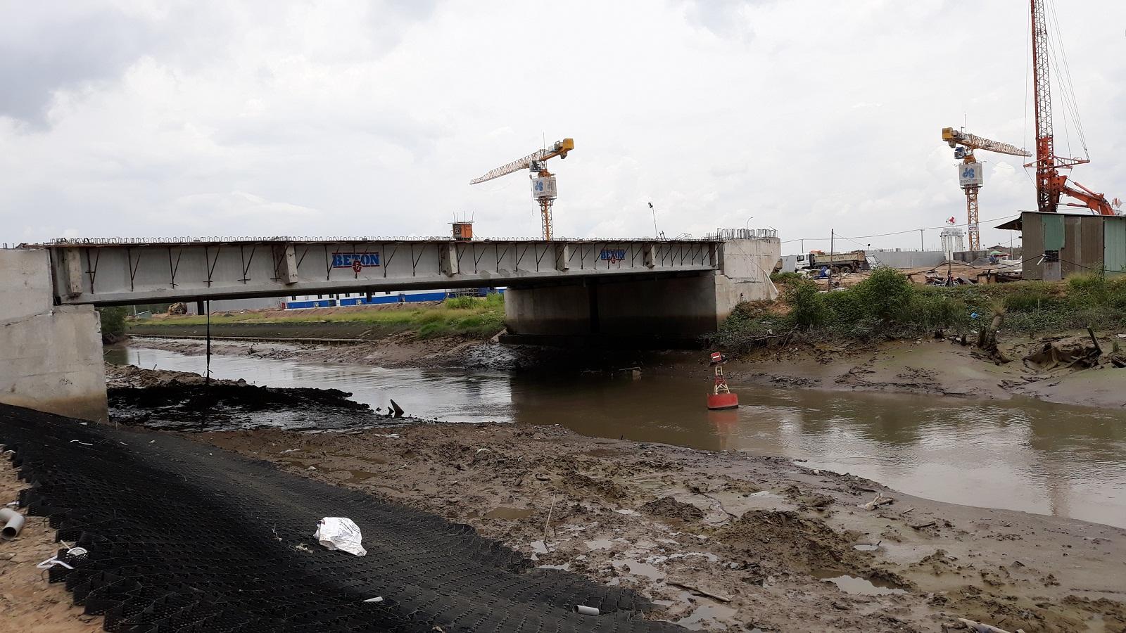 Đơn vị xây dựng đang tiến hành thi công cầu thuộc dự án Mizuki Park Bình Chánh. Ảnh: Nam Long HCM