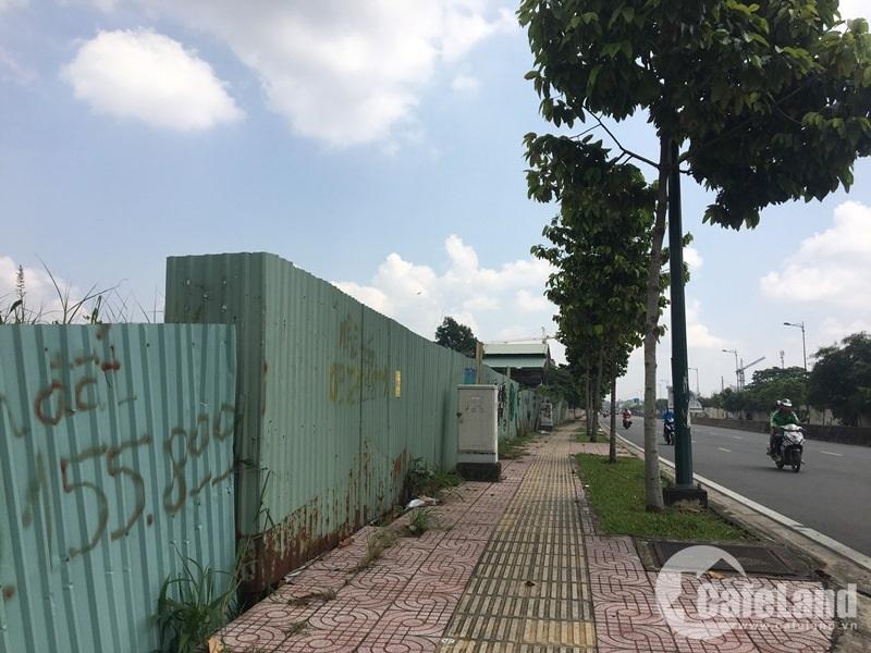 Một số dự án khác trên đại lộ Phạm Văn Đồng đang được rào tôn, chờ ngày triển khai.