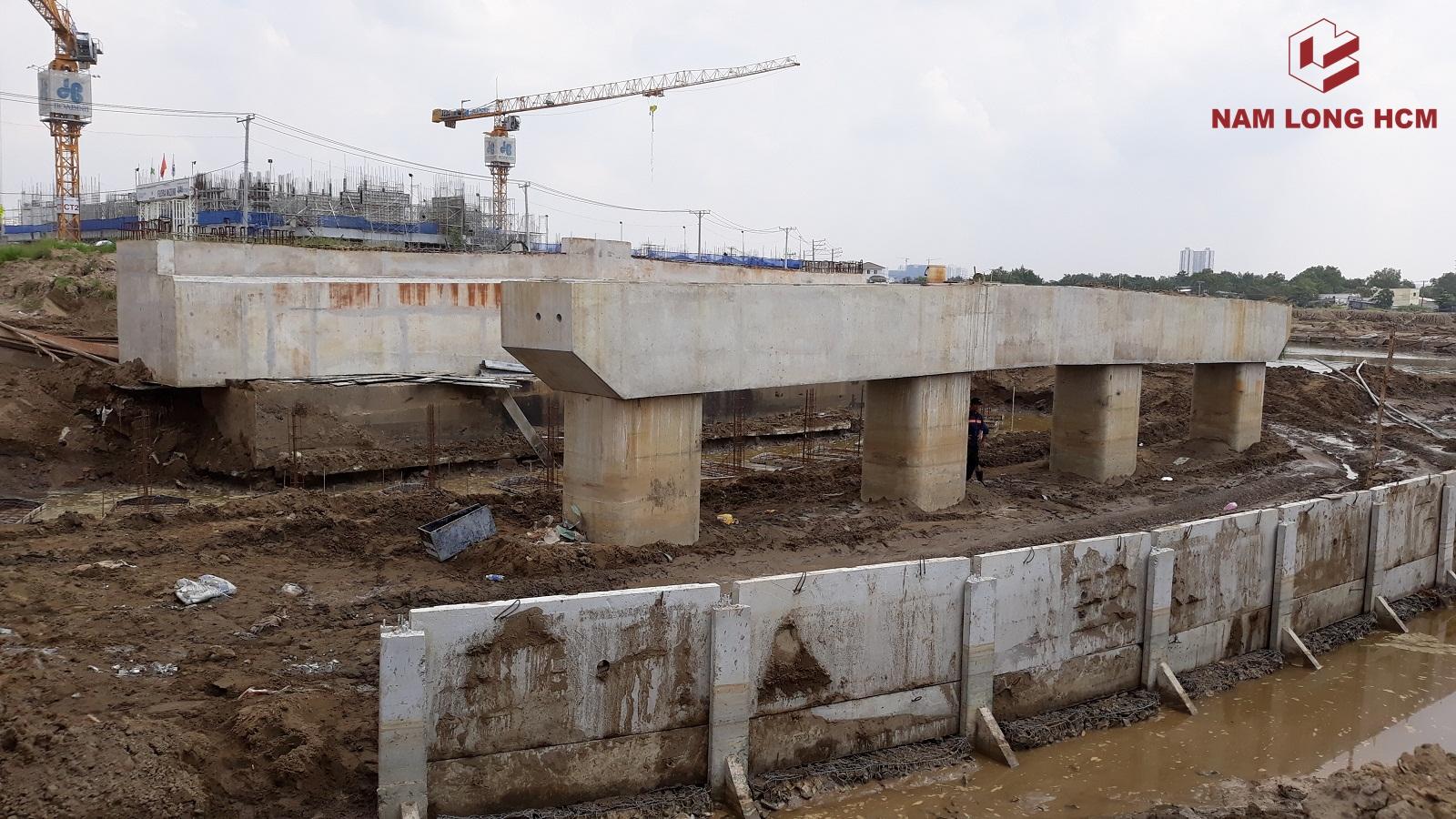Chủ đầu tư đang triển khai xây xây dựng cầu số 2. Bắc từ 5 Block Flora Mizuki qua khu lõi dự án. Ảnh: Nam Long HCM