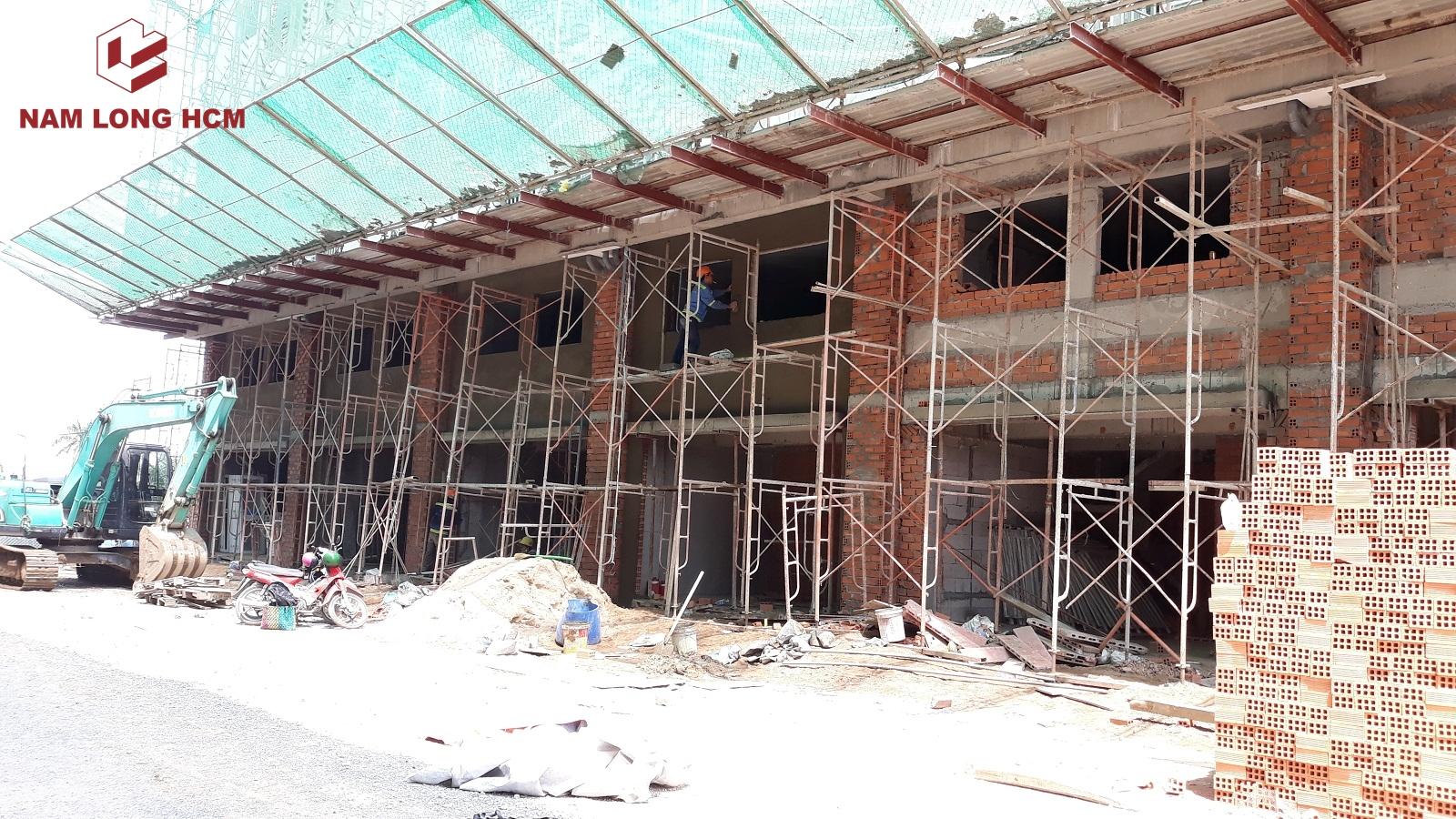 Công nhân đang tô tường cho dự án Ehome S Bình Chánh. Ảnh: Nam Long HCM