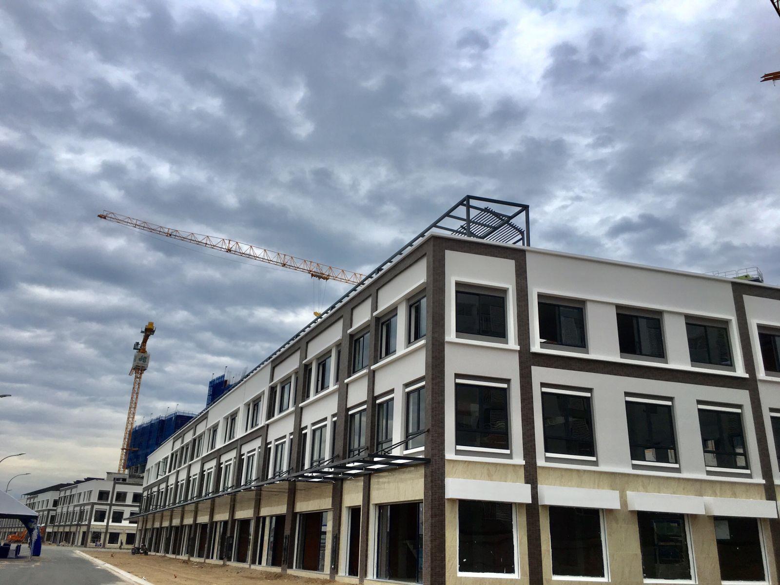 Khu nhà phố thương mại Valora Mizuki đã bàn giao cho khách hàng ngày 1/1/2019. Các căn nhà phố có diện tích 6x20m, xây dựng 1 trệt 2 lầu với 2 mặt tiền. Đây là một sản phẩm lý tưởng kinh doanh.
