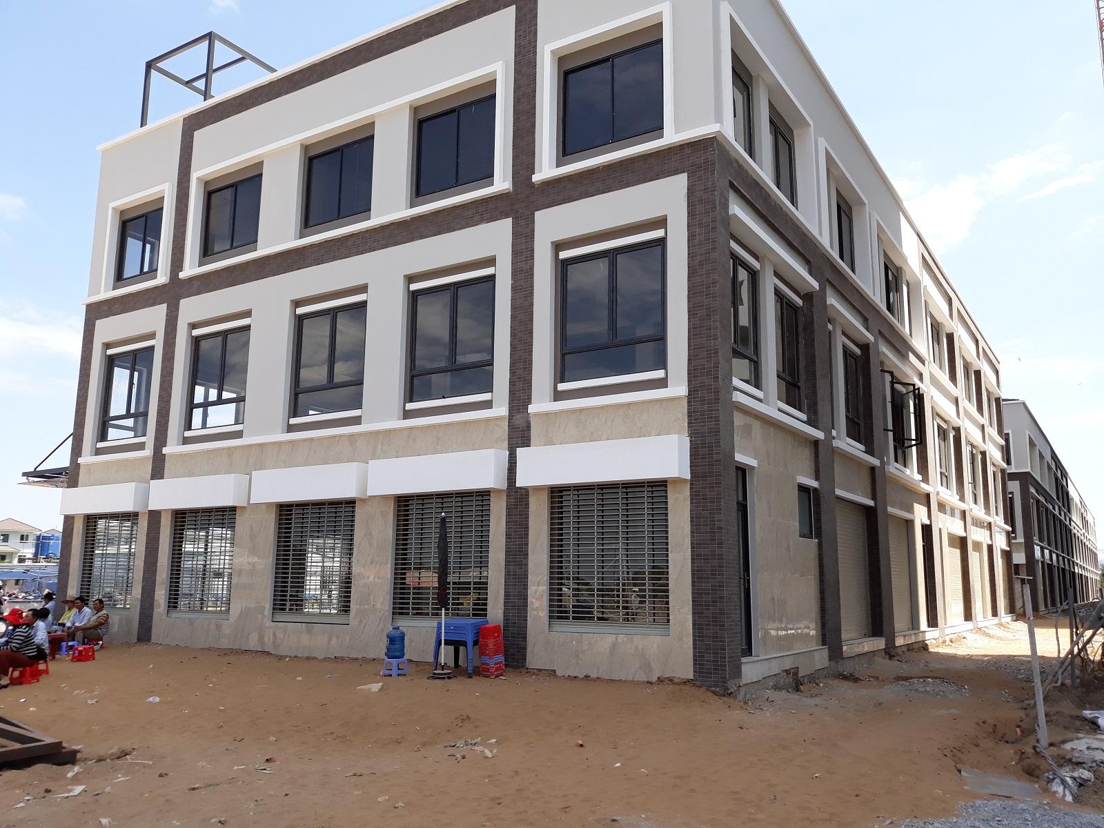 Thiết kế shophouse khá đẹp. CĐT Nam Long thiết kế 2 cửa cuốn phía trước và sau giúp khách hàng tiện cho việc cho thuê