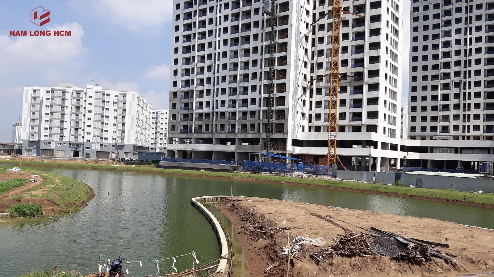 Các hạ mục bờ kè kênh đào, đảo Bamboo, hạ tầng đường đang được thi công hoàn thiện. Ảnh: Nam Long HCM