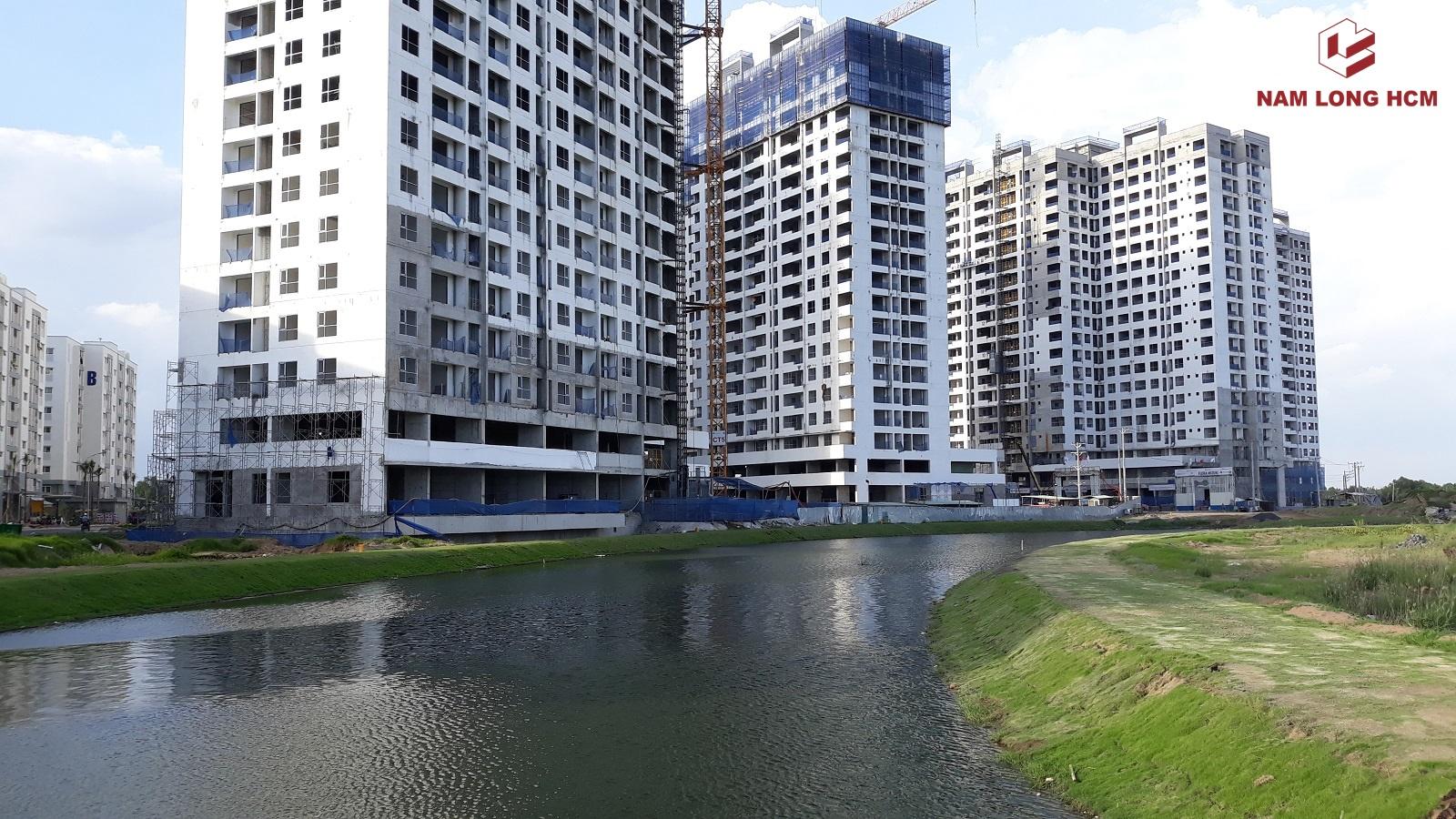 Đơn vị xây dựng Hòa Bình đang thi công khung nhôm kính, hệ thống cơ điện, điện lạnh tại các Block dự án Mizuki Park