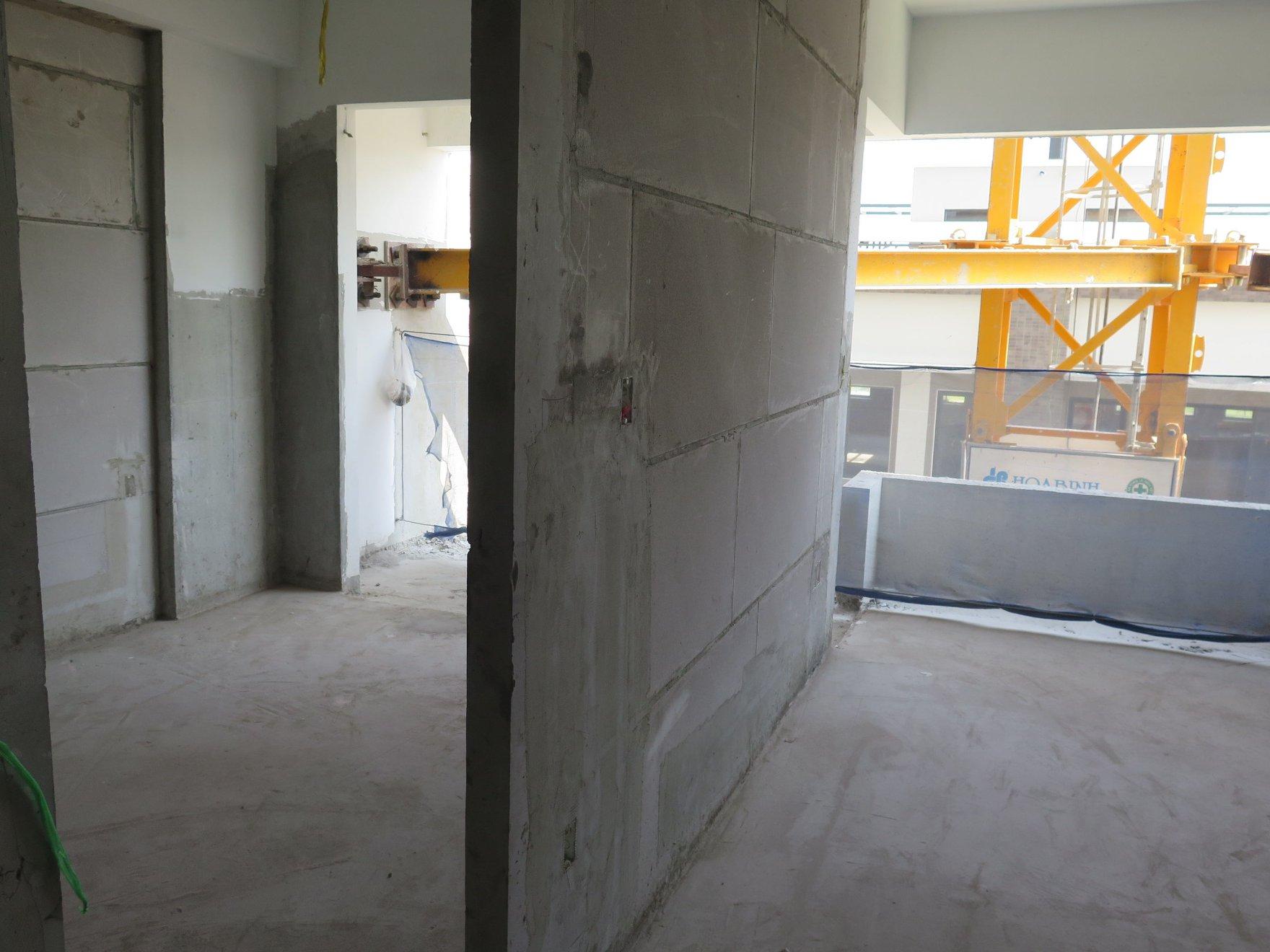 Vách ngăn căn hộ Flora Mizuki được thi công bằng gạch bê tông khi chưng áp