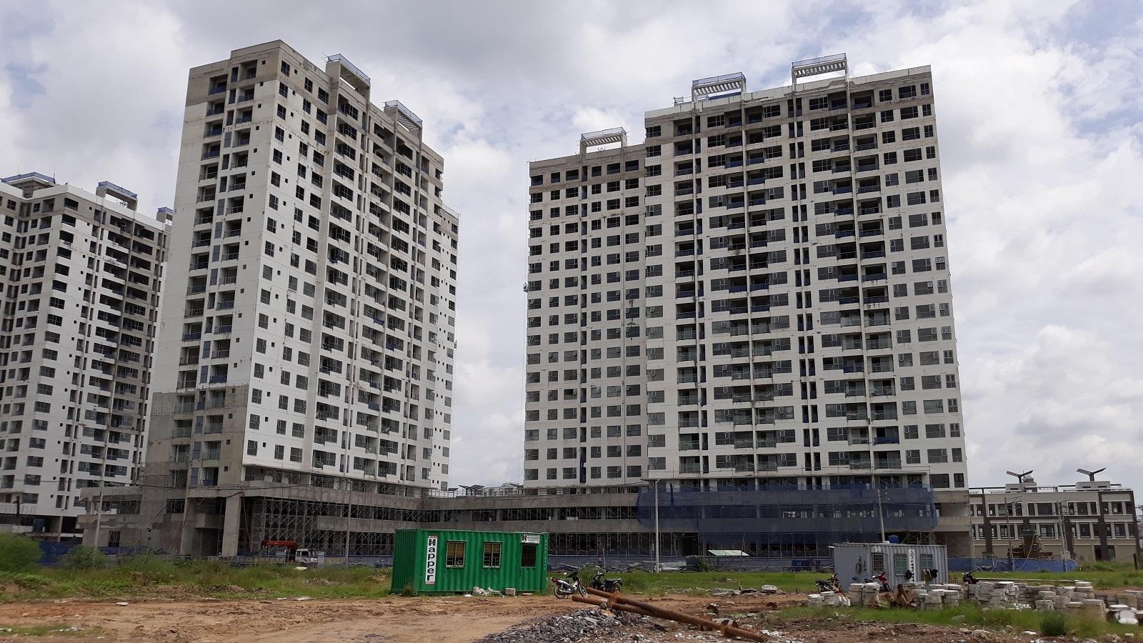 Nhà thầu Hòa Binh đang thi công phần cửa kính của căn hộ Mizuki Park Bình Chánh