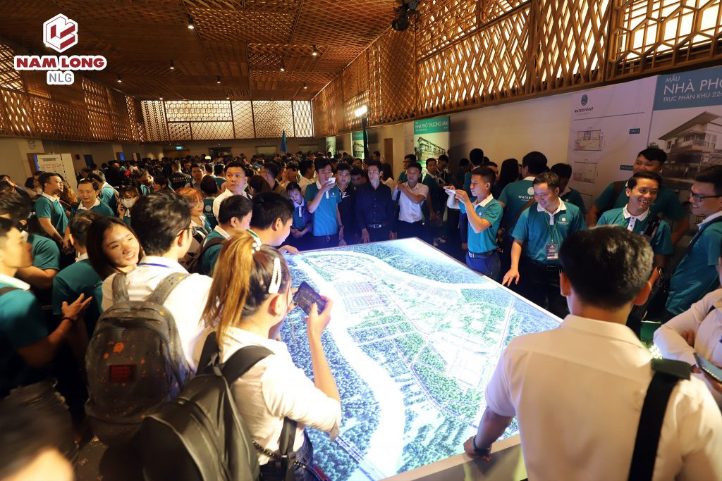 Nhân viên kinh doanh tham quan sa bàn dự án Waterpoint tại sảnh Trung tâm hội nghị Gem Center.
