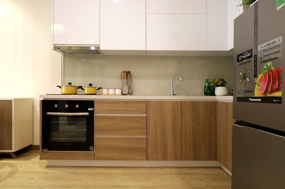 Chủ đầu tư dự án Akari City bàn giao tủ bếp trên, bếp dưới, bếp từ, máy hút mùi và bồn rửa cho khách hàng.