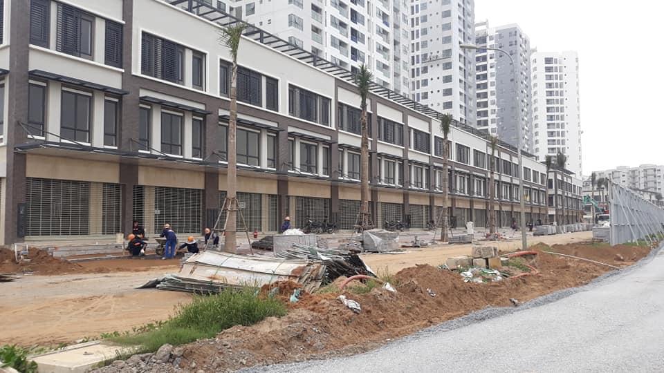 Nhà thầu Nam Khang đang thi công vỉa hè của các căn shophouse Mizuki Park
