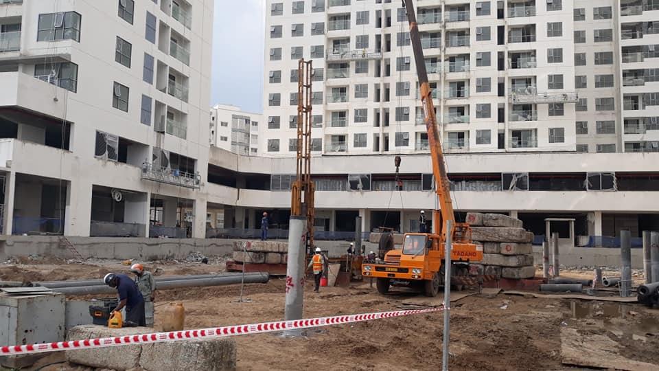 Đơn vị xây dựng đang tiến hành thi công hồ bơi dự án Mizuki Park