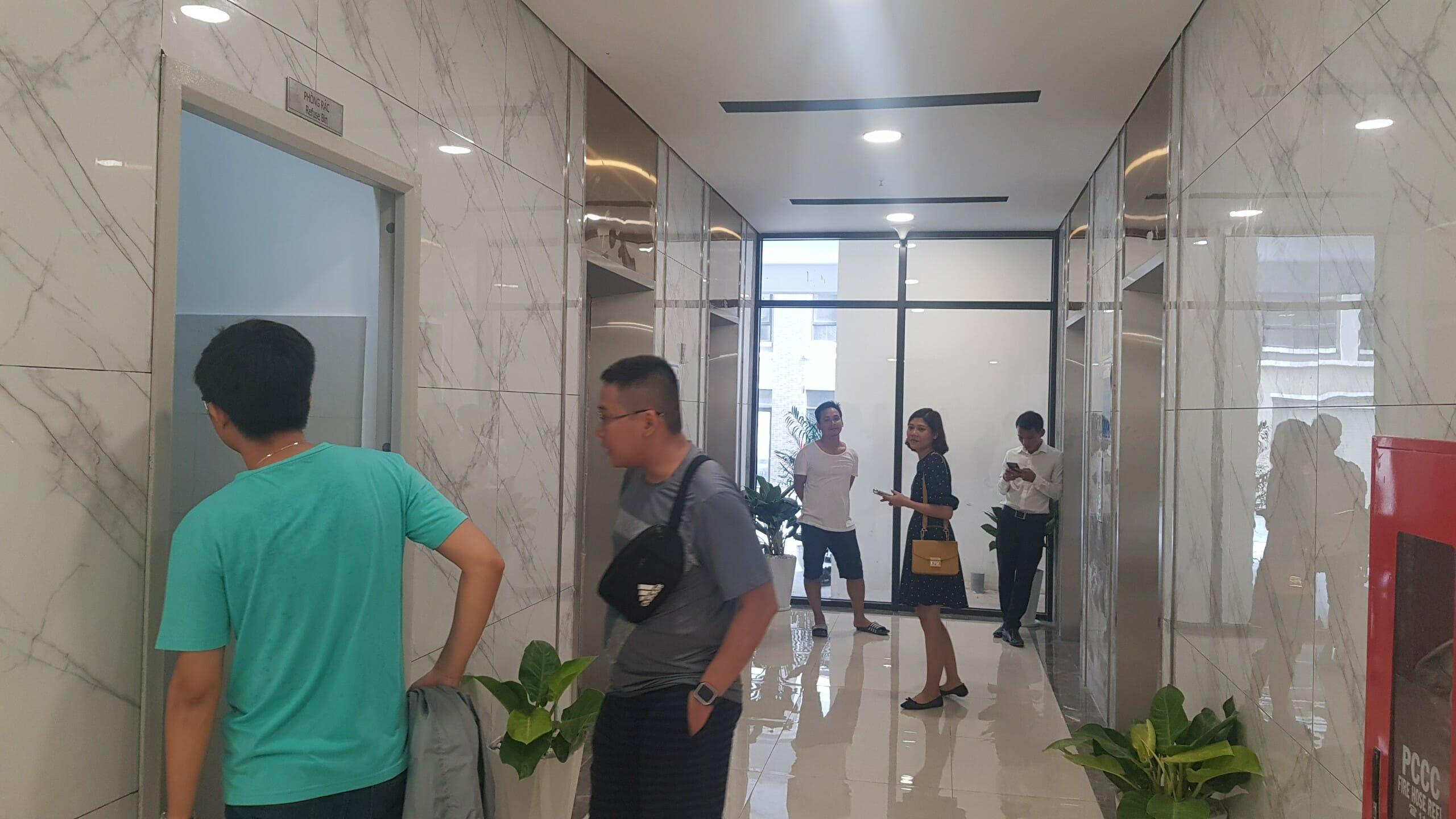 Sảnh chờ thang máy của Mizuki Park nhìn khá sang trọng, thường chỉ gặp ở những chung cư cao cấp.