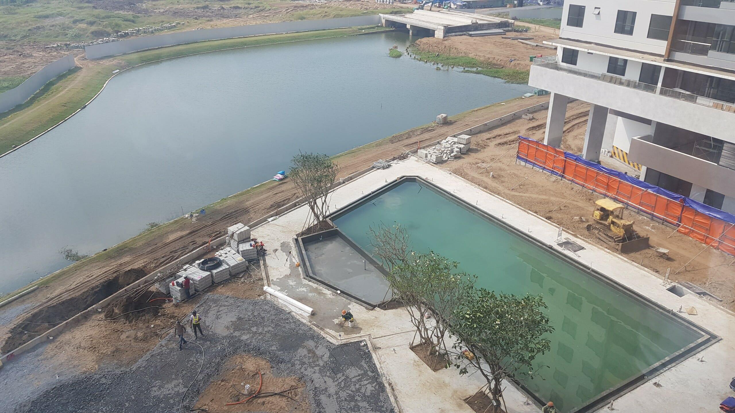 Đơn vị xây dựng đang hoàn thiện hồ bơi và cảnh quan chung cho cư dân